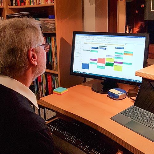Pfarrer Volker Horlitz bei der Terminplanung für die nächste Woche. Eine von vielen Aufgaben, die man sonst nicht so sieht.