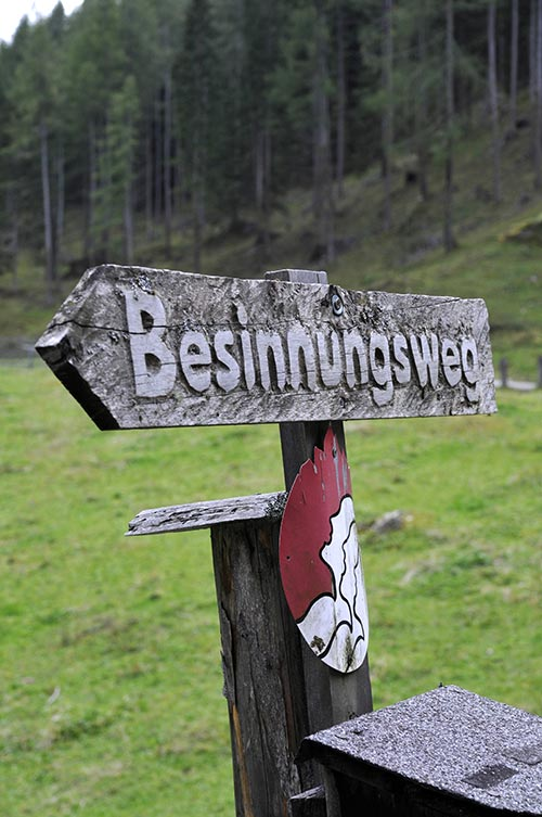 "Wegweiser ""Besinnungsweg"" nahe der Issenanger-Alm im Pinnistal in Tirol - Foto: Nahler"