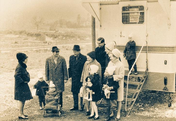 Junge Familien vor der Autokirche (1969)