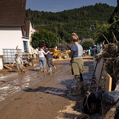 Aufräumarbeiten nach der Hochwasserkatastrophe in Rheinland-Pfalz. Der Landkreis Ahrweiler war besonders stark von Starkregen und Schlammlawinen getroffen worden. Besonders schlimm erwischte es Schuld an der Ahr mit seinen knapp 700 Einwohnern. Mindestens sechs Häusers wurden niedergerissen, die Hauptstraße und eine Brücke teilweise zerstört. (epd)